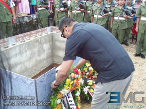 Francis Fonseca lays a wreath at Paul Nabor's tomb