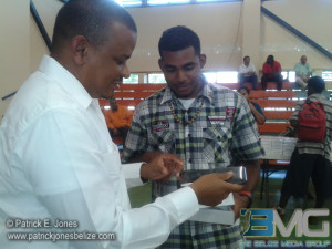 Minister Faber hands over Tablet to UB student