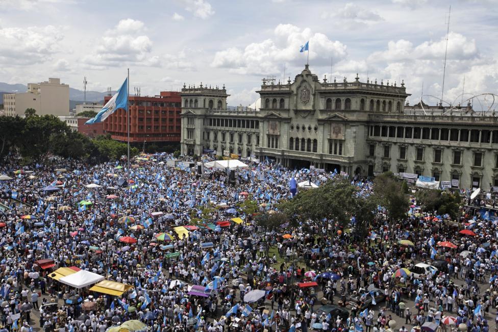 People participate in a demonstration demanding the resignation of Guatemalan President Otto Perez Molina in Guatemala City, Guatemala, August 27, 2015.  REUTERS/Jose Cabezas