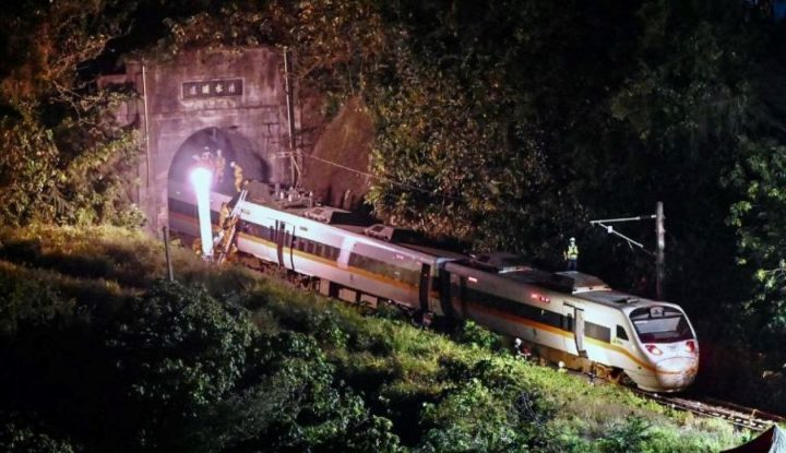 Train derails in Taiwan, with at least four dead and many injured